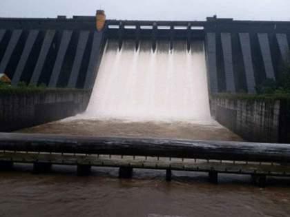 discharge of 49 thousand cusecs of water from Koyna dam and warning to the riverside villages | कोयनेतून ४९ हजार क्सुसेक पाण्याचा विसर्ग; नदीकाठच्या गावांना सतर्कतेचा इशारा