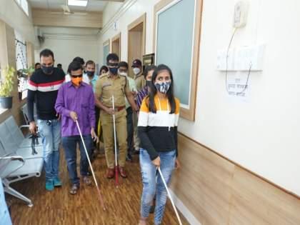 .... So Pimpri Police Commissioner Krishna Prakash arrived on stage with a black scale on eye | ....म्हणून पोलीस आयुक्त कृष्ण प्रकाश यांनी डोळ्याला काळी पट्टी बांधून केले आगमन