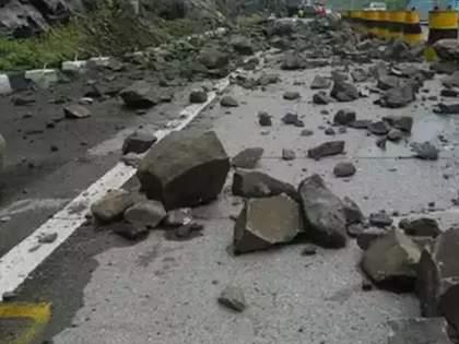 Mumbai-Pune Expressway landslide at bhor ghat; A lane towards Pune started | Mumbai-Pune Expressway landslide: मुंबई-पुणे एक्स्प्रेस वेवर दरड कोसळली; पुण्याकडे जाणारी एक लेन सुरु