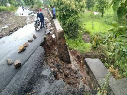 Manchar- Bhimashankar State Highway in Pokhari Ghat collapsed in many places; Single transport started | मंचर- भीमाशंकर राज्य महामार्गावरील पोखरी घाटात दरडी कोसळल्या; एकेरी वाहतूक सुरु