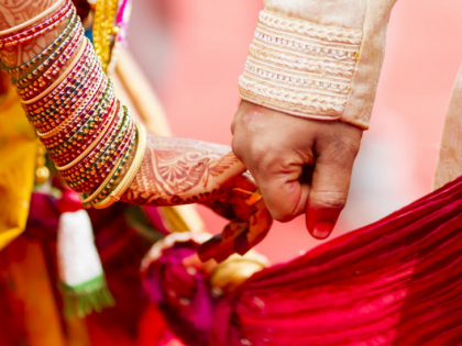 Unique wedding! Accused of rape get married with the victim at the police station | अनोखा विवाह! बलात्काराच्या आरोपीने पीडितेशी पोलीस ठाण्यातच बांधली लगीनगाठ