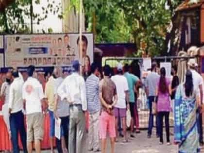 Line at vaccination centers from 4 a.m. in mumbai   पहाटे चार वाजल्यापासून लसीकरण केंद्रांवर रांगा, कन्नमवारनगर, टागोरनगरमधील ज्येष्ठांचे हाल