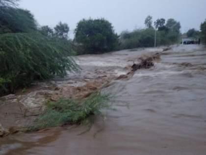 Due to cloudburst rain in Vairagad area, the nala was flooded   वैरागडभागात ढगफुटीसदृश्यपावसामुळे नदी,नाल्यांना पुर