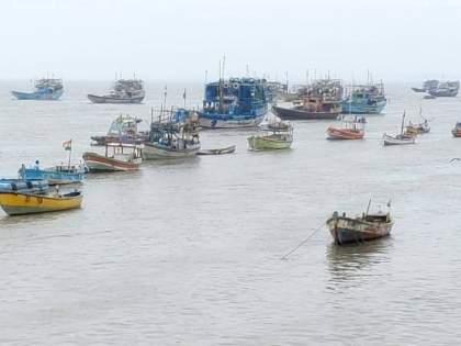tauktae cyclone thousands of boats began to gather at various beaches in Vasai! | ...आणि वसईतील विविध समुद्रकिनारी हजारो बोटी जमा होण्यास सुरुवात!