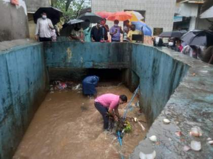 Former Mumbai corporator cleans garbage from gutter videos goes viral | मुंबईत माजी नगरसेवकाने चक्क नाल्यात उतरून काढला कचरा, VIDEO होतोय व्हायरल