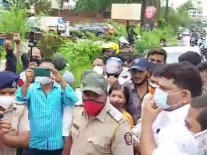 After Mumbai now in Kudal BJP Shiv Sena workers fights MLA Vaibhav Naik Watch VIDEO | मुंबईनंतर कुडाळात भाजप-शिवसेना कार्यकर्त्यांमध्ये तुफान राडा, आमदार वैभव नाईकांचा काढता पाय; पाहा VIDEO