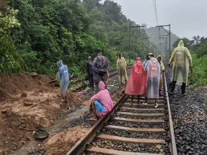 Landslides at 21 places on Central Railway line disturbs railway service   मध्य रेल्वे मार्गावर२१ठिकाणी रुळांखाली भूस्खलन; रेल्वेसेवा सुरळीत करण्याचं प्रयत्न सुरू