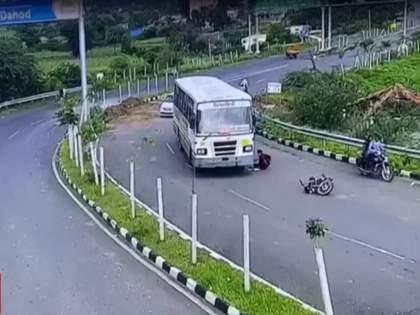 in Gujarat Motorcyclist escapes unhurt after getting trapped under bus | ओव्हरटेक करण्याचा प्रयत्न फसला, दुचाकीस्वार थेट बसच्या खाली आला; पुढे चमत्कार घडला