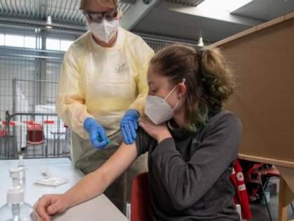 Corona Vaccine Vaccine booster study begins in Cambridge | Corona Vaccine: आरपारची लढाई! कोरोनाविरुद्धच्या संघर्षला 'बूस्ट' मिळणार; शास्त्रज्ञांच्या हाती जबरदस्त 'डोस'?