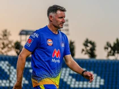 IPL 2021 Suspended: Australia's cricketers flee India but COVID-positive Mike Hussey remains, reports   IPL 2021 Suspended: ऑस्ट्रेलियन खेळाडूंसाठी दिलासादायक बातमी, पण मायकल हस्सी भारतातच राहणार!
