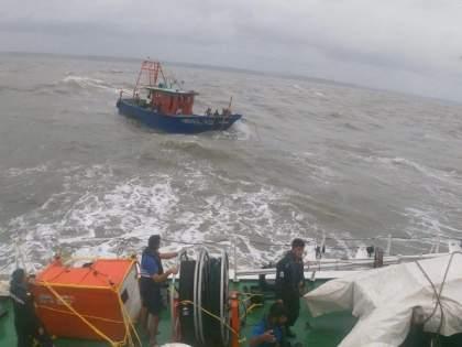 Tauktae Cyclone: 3 Navy sailors save 60 lives; 11 rescue squads ready in case of emergency | Tauktae Cyclone: नौदलाच्या ३ युद्धनाैकांनी वाचविले ६० जणांचे प्राण; आणीबाणीच्या परिस्थितीत ११ बचाव पथकं सज्ज
