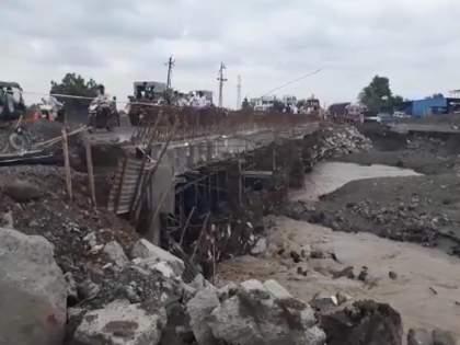 Be careful! The bridge under construction on Pingalgad Nala is damaged, do not carry heavy traffic | सावधान ! पिंगळगड नाल्यावरील निर्माणाधीन पुल खचतोय, जड वाहनांना बंदी