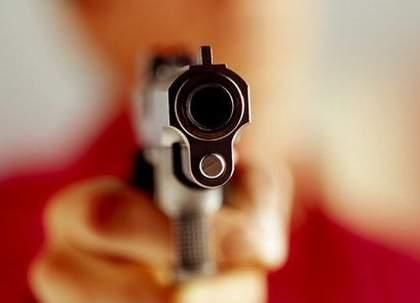 The inspector of traffic branch showing pistol at the interior decorator's ear   वाहतूक शाखेच्या निरीक्षकानं इंटेरिअर डेकोरेटरच्या कानाला लावलं पिस्तूल;पुण्यातील खळबळजनक घटना