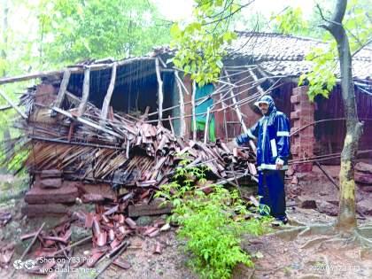 Cyclone hits Arule | अरुळे येथे चक्रीवादळाचा जोरदार फटका
