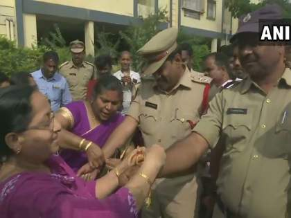 Hyderabad Case: Women tied up rakhi with police, crackers in Hyderabad, sweets and gallows after encounter by police   Hyderabad Case: महिलांनी पोलिसांना बांधल्या राख्या, हैदराबादेत फटाके, मिठाई अन् जल्लोष