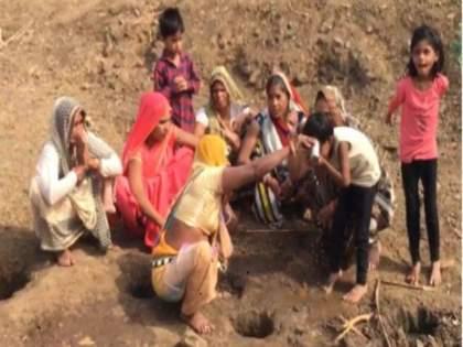 People started drinking water after digging a pit in a dry river considering the medicine of corona in Guna Madhya Pradesh   अंधश्रद्धेचा कहर! कोरड्या नदीत खड्डा केल्यास लागलं पाणी, कोरोनाचं औषध समजून पिऊ लागले लोक....