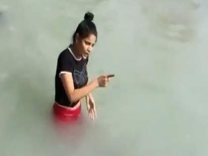 Viral Video : Girl was taking bath then she scream loudly watch viral video | Viral Video : आंघोळ करत होती तरूणी, तेव्हाच असं काही घडलं की ती जोरात ओरडायला लागली!