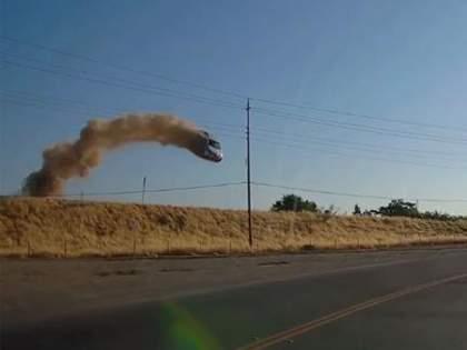 This car is flying like a stunt scene in a movie, watching the video will make you tremble | सिनेमातल्या स्टंट सीनप्रमाणे उडतेय ही गाडी, व्हिडिओ पाहुन तुमचा होईल थरकाप