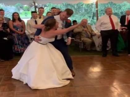 The bride and groom's dance was in full swing, but something happened that took her straight to the hospital ... | ऐन रंगात आला होता नवरा नवरीचा डान्स, पण असे काही घडले की थेट हॉस्पिटलमध्ये पोहोचली...
