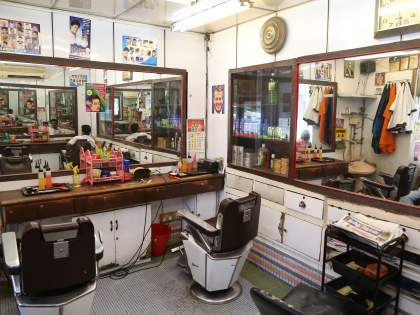 Haircuts at home in the slums   corona virus Satara- पळशीत वाड्या-वस्त्यांवर घरच्या घरीच केशकर्तन