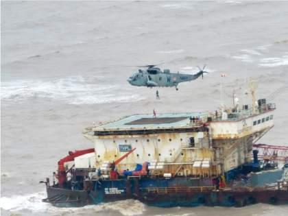 Tauktae Cyclone: 410 people rescued by Indian Navy | Tauktae Cyclone: तुफानी समुद्रात रंगला थरार; जिगरबाज नौदलाकडून चक्रीवादळामुळे अडकलेल्या४१० जणांची सुटका
