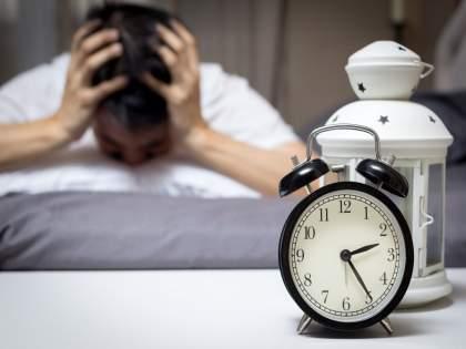 Spending hours on the phone at night? This can be a warning bell for you .... | रात्री फोनवर तासन्तास वेळ घालवताय? ही ठरु शकते तुमच्यासाठी धोक्याची घंटा....