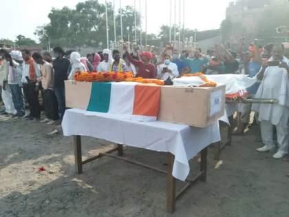 Funeral of an Army soldier and his wife on the same cheetah at UP | ह्दयद्रावक! एकाच चितेवर आर्मी जवान अन् त्यांच्या पत्नीवर अंत्यसंस्कार; गावकऱ्यांचे डोळे पाणावले