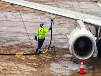 Cheaper jet fuel than petrol-diesel; The price of jet fuel per liter is 60 Rs   पेट्रोल-डिझेलपेक्षाही चक्क विमानाचे इंधन स्वस्त; विमानाच्या इंधनाचा भाव प्रतिलिटर...