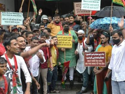 "samajwadi party protest against centre govt on various issues at bhiwandi   ""मोदी तेरे राज मे, कटोरा आया हाथ मे""; समाजवादी पक्षाचे केंद्र सरकारविरोधात आंदोलन"