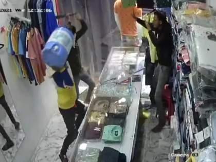 Shoplifting all day in Pimpri; Damage done to minors by demanding money   पिंपरीत भरदिवसा दुकानाची तोडफोड; पैशांची मागणी करून अल्पवयीन मुलांनी केलं नुकसान