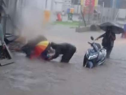 citizens save the life of a woman who fell into a manhole in Bhiwandi | भिवंडीत गटाराच्या मेनहोल पडलेल्या महिलेचा नागरिकांनी वाचवला जीव; टोल कंपनीचा दुर्लक्षितपणा चव्हाट्यावर