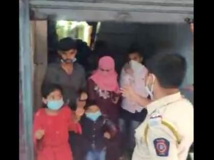 CoronaVirus News 80 people in one shop amid restrictions imposed in city | VIDEO: कहाँ से आते है ये लोग? बंद शटर उघडताच लागली रांग; पोलिसांनी मारला डोक्यावर हात
