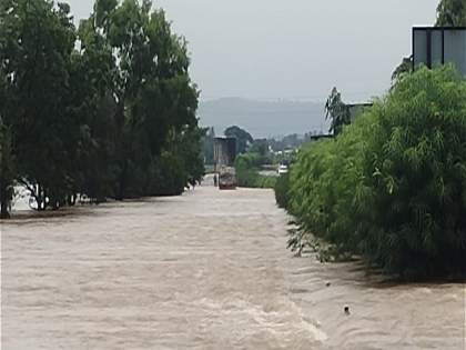 5 feet water of Vedganga river on Pune-Bangalore National Highway | पुणे-बंगळूर राष्ट्रीय महामार्गावर वेदगंगा नदीचे 5 फूट पाणी, वाहतुक खोळंबली
