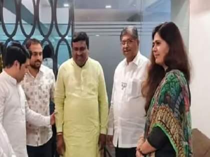 Bjp State president Chandrakant Patil meets Pankaja Munde | एकाच पक्षाचे दोन नेते भेटतात तेव्हा...; 'नाराज' पंकजा मुंडेंची चंद्रकांत पाटलांनी घेतली भेट