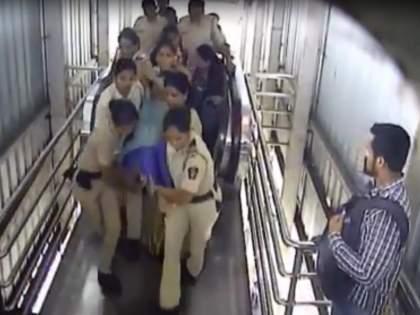 Praising women police! Lady's live survived who had a heart attack   Video : शाब्बास महिला पोलिसांनो!हार्टअॅटॅक आलेल्या प्रवासी महिलेचे वाचवले प्राण