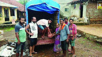 Youths from Goregaon appeal for help through social media: 340 families from 35 villages get roof | गोरेगावातील तरुणांमुळे ३५ गावांतील ३४० कुटुंबांना मिळाले छप्पर
