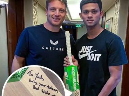 IPL 2021 Suspended : Jos Buttler's Heartwarming Gesture Towards Rajasthan Royals Star Yashaswi Jaiswal | IPL 2021 Suspended : इंग्लंडचा फलंदाज जॉस बटलरकडून RRचा युवा फलंदाज यशस्वी जैस्वालला खास भेट; Pic Viral