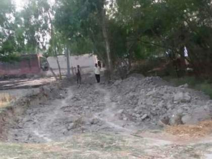 UP panchayat election 2021: Election defeat looms large, ex-Pradhan digs entire road in village | UP panchayat election 2021: निवडणुकीतील पराभव जिव्हारी लागला, माजी प्रधानाने गावातला संपूर्ण रस्ताच खोदून टाकला
