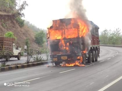 A truck moving in Satyagrahi Ghat in Talegaon took a beating | तळेगावातील सत्याग्रही घाटात चालत्या ट्रकने घेतला पेट