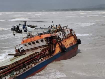 Stuck on a barge for 17 hours; Safe release of 16 JSW sailors | Video : तब्बल 17 तास पडले हाेते बार्जवर अडकून; जेएसडब्यूच्या 16 खलाशांची सुखरुप सुटका