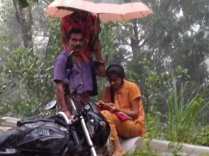 The father held an umbrella over the head of a girl attending an online lecture | बापमाणूस! ऑनलाइन लेक्चर अटेंड करणाऱ्या मुलीवर वडलांनी धरले मायेचे छत्र