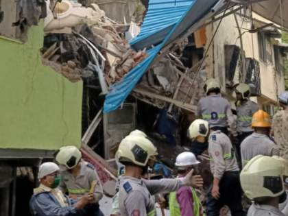7 people injured, three died after a building collapsed in Govandi area of Mumbai | Govandi Building Collapse :गोवंडीमध्ये इमारतीचा भाग कोसळला; 3 जणांचा मृत्यू, 7 जण जखमी
