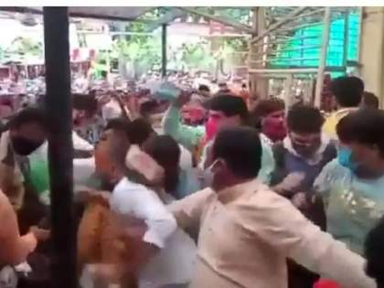 several injured in stampede like situation at mahakaleshwar temple in ujjain   अरे देवा! नियमावलीची एैशीतैशी, सोशल डिस्टंसिंगचा फज्जा; मंदिरात भाविकांची मोठी गर्दी, झाली चेंगराचेंगरी