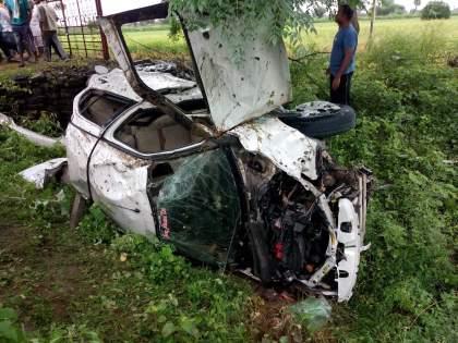 Car accident on Amravati-Nagpur highway, three died on the spot   कारचे नियंत्रण सुटून भीषण अपघात, तिघांचा जागीच मृत्यू, एकाचा मृतदेह झाडावर, दुसरा गाडीत तर तिसरा नालीत