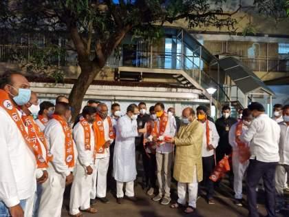 Big blow to BJP, 11 corporators from Jalgaon district joins Shiv sena in the presence of CM Uddhav Thackeray | भाजपाला मोठा धक्का, जळगाव जिल्ह्यातील ११ नगरसेवकांनी उद्धव ठाकरेंच्या उपस्थितीत हाती बांधले शिवबंधन