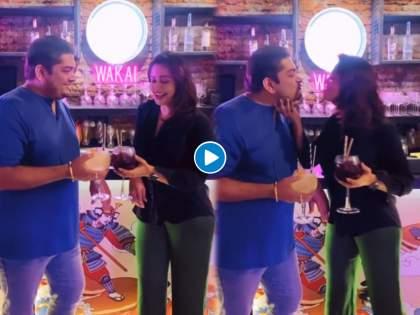 Marathmoli actress Neha Pendse kisses her husband openly in front of everyone, video goes viral | मराठमोळी अभिनेत्री नेहा पेंडसेने नवऱ्याला खुल्लमखुल्ला सर्वांसमोर केली किस, व्हिडीओ होतोय व्हायरल