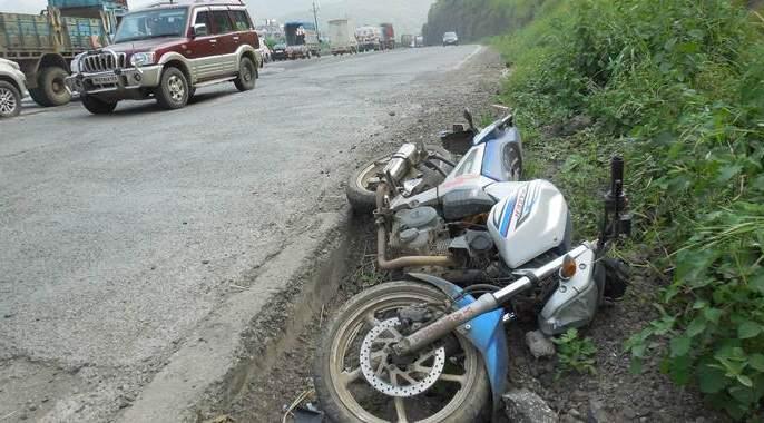 Accidents near Tambhurni; Two people died on the spot in Ausa | टेंभुर्णीजवळ अपघात; औसा येथील दोघांचा जागीच मृत्यू