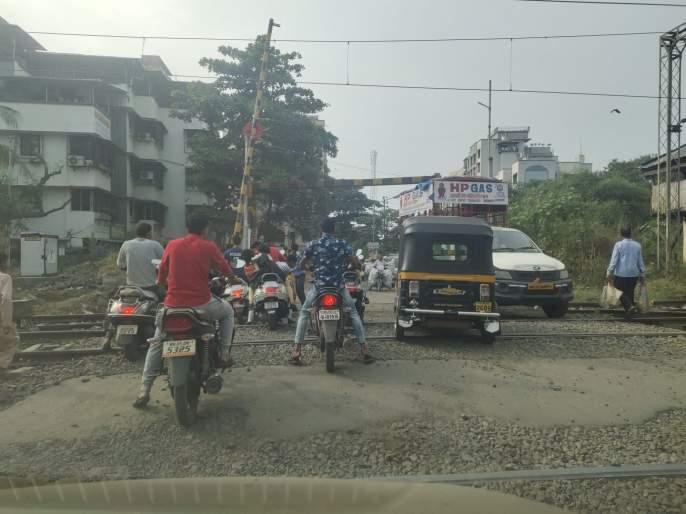 Titwala railway gate crossing leads to road accident | टिटवाळा रेल्वे फाटक क्रॉसिंग रस्ता ठरतोय अपघातास कारणीभूत
