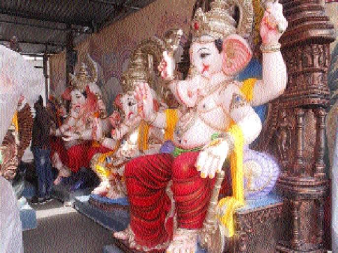 The crowd rained in the bead for the statue of Bappas | बाप्पांच्या मूर्तीसाठी बीडमध्ये पावसात गर्दी