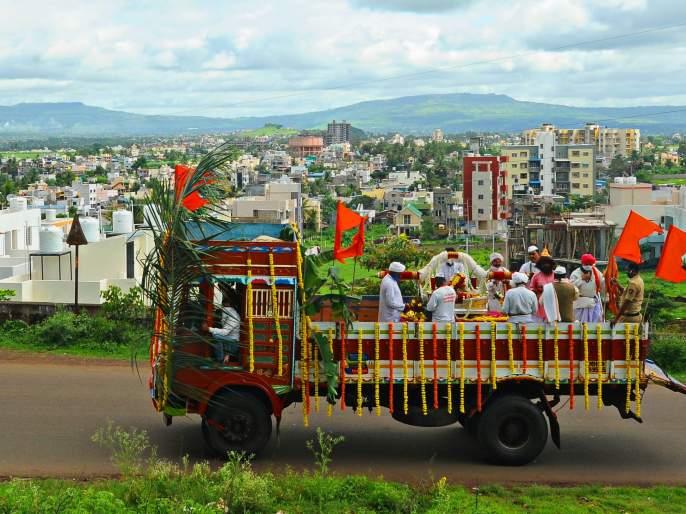 Ashadi Dindi Palkhi leaves Kolhapur for Pratipandharpur Nandwal   माऊलींची स्वारी थेट ट्रकातून, कोल्हापूरहुनप्रतिपंढरपूर नंदवाळकडे रवाना
